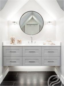 jak urządzić małą łazienkę w ze skosem