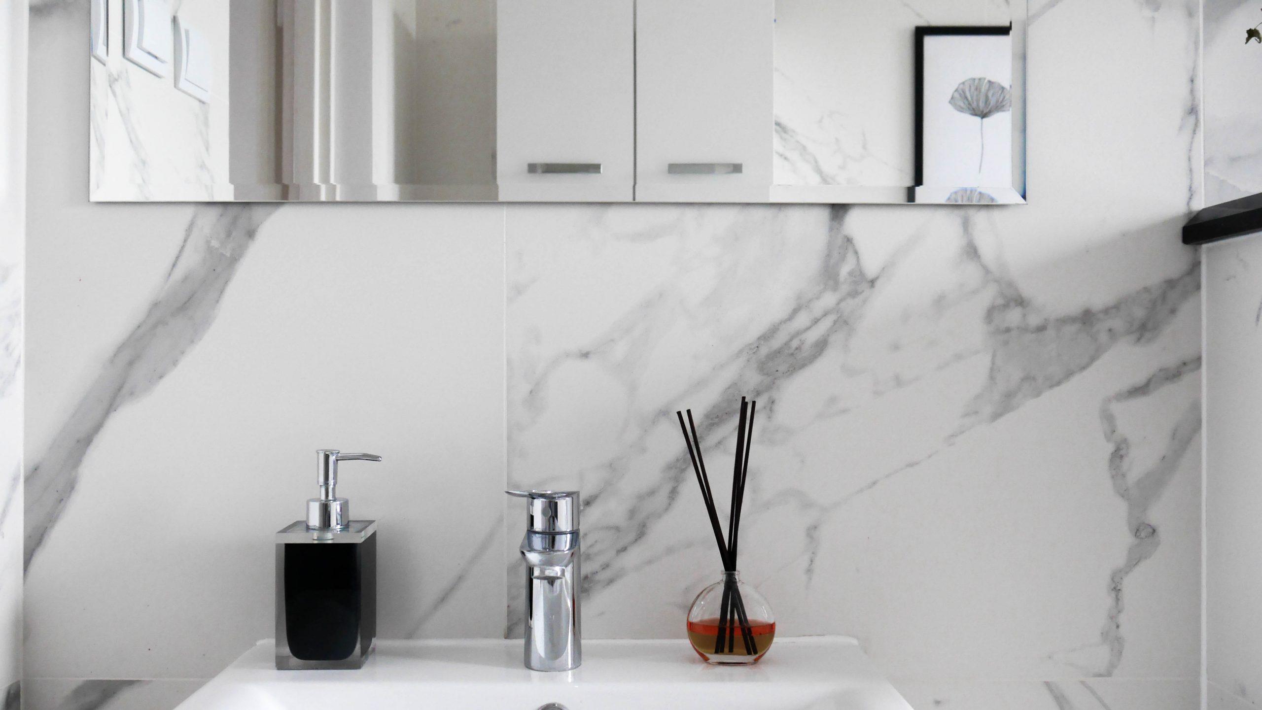 Mała łazienka z wanną – efekt po remoncie