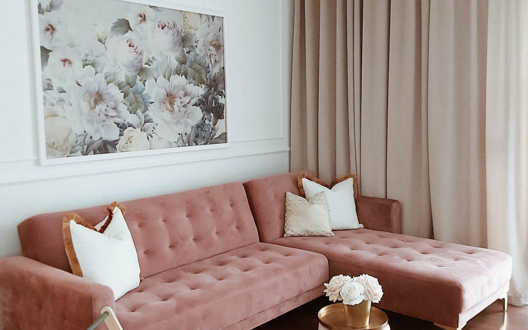Jak prawidłowo dobrać obrazy w salonie?